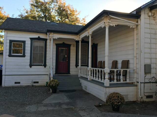 Nyumba-A historic 1900 Victorian in Old Elk Grove
