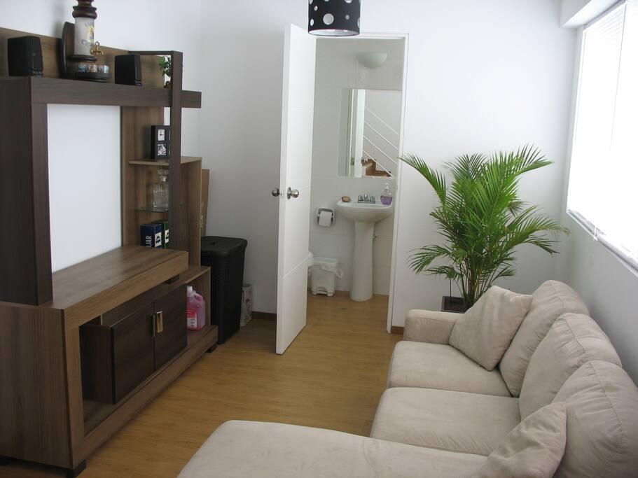 Sala de estar y baño de visitas