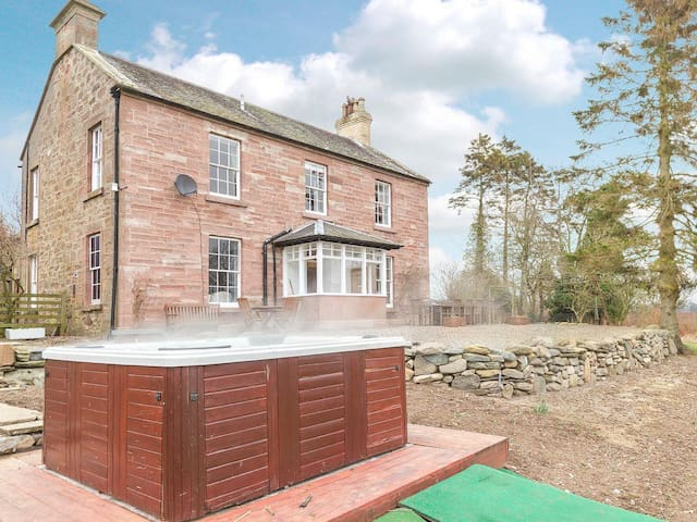 Luxury Farmhouse w/ Hot Tub & Views - Rattray - House