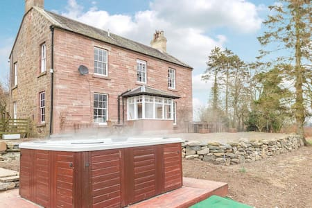 Luxury Farmhouse w/ Hot Tub & Views - Rattray