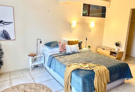 Cozy room less than 3mins from Airport!