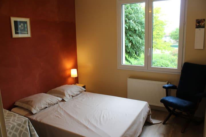 Chambre agréable en maison avec jardin - Chauray - Dům
