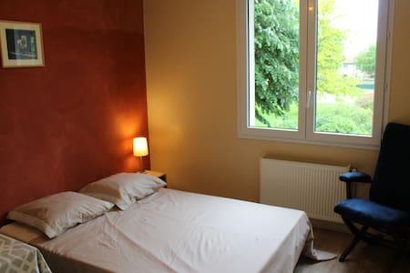 Chambre agréable en maison avec jardin - Chauray - Huis