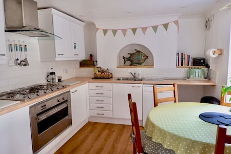 Cozy, central apartment with food hamper & parking