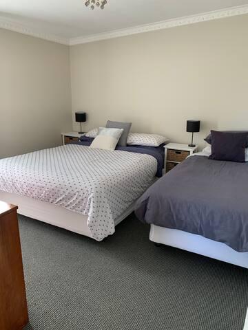 Second bedroom ( Queen & Single)