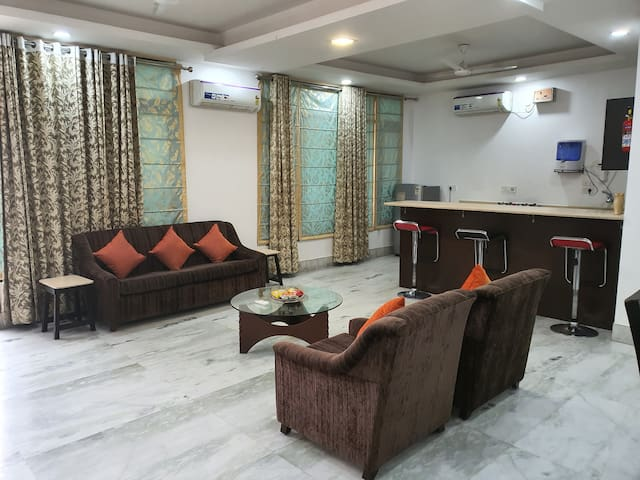 REUNION IN DELHI-LUXURY 2BR APTMNT-2MIN WALK METRO
