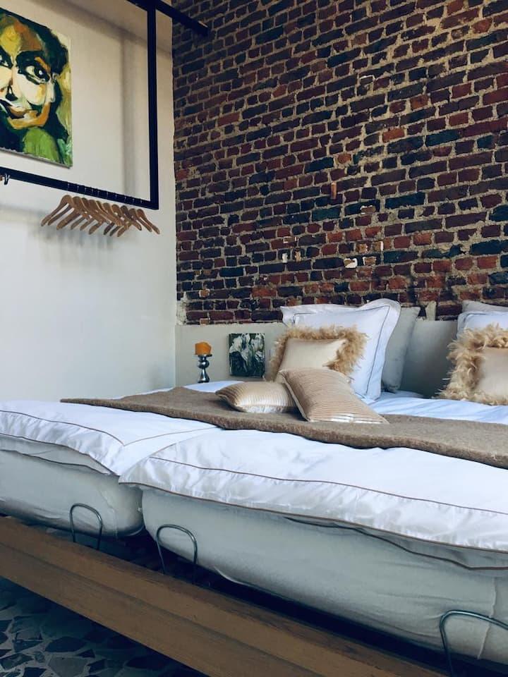 """Unieke """"Old School"""" airbnb in hartje Ieper"""