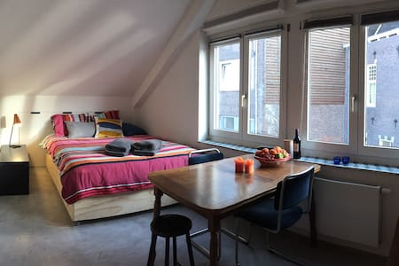Lovely studio with canal views - Ámsterdam