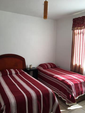 Cuarto con 2 camas individuales, cerca Expo Gdl.