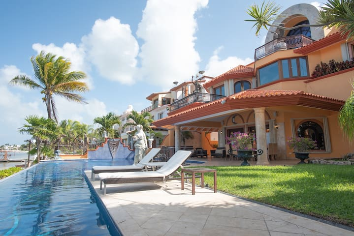 Beachfront Mansion with Gym Cancun Hotel Zone