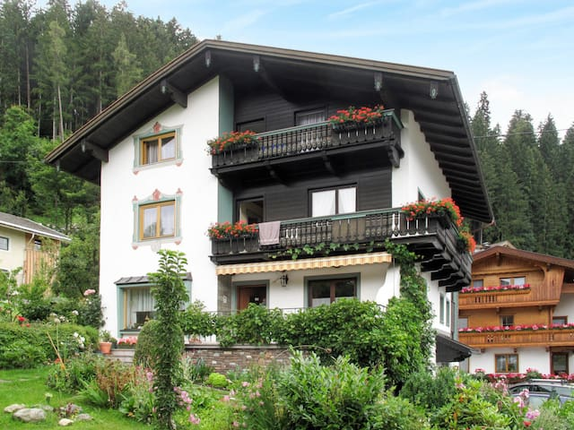 Holiday apartment with a beautiful view of the valley and the Zillertal mountains