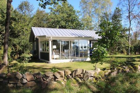 Vakantiehuis aan het meer Jällunden