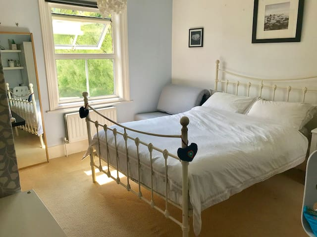 Spacious double room/close to station/WiFi