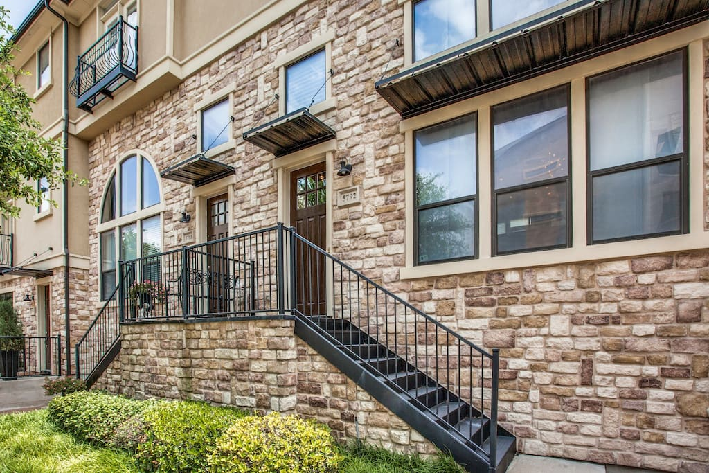 This listing is for these two units combined for a total of six bedrooms - note that this is two separate units but the listing is combined for large groups