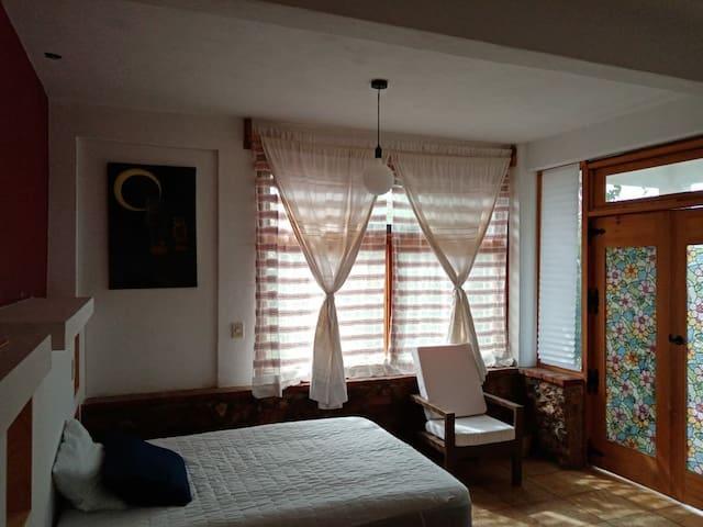 Interior recámara 1, cuenta con tv ( Netflix, Youtube) 5 x6 m2; iluminación natural, ventanas amplia, las cabeceras cuentan con buros integrados. Importante, los baños se encuentran fuera de las habitaciones.
