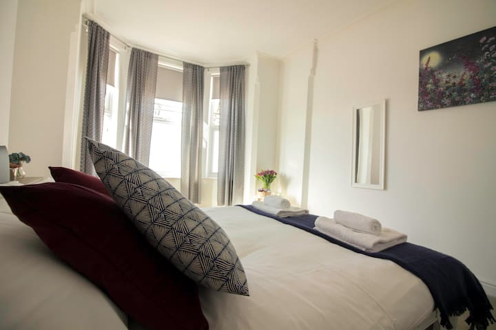 Stylish  Contemporary 2BED Apartment with Parking!