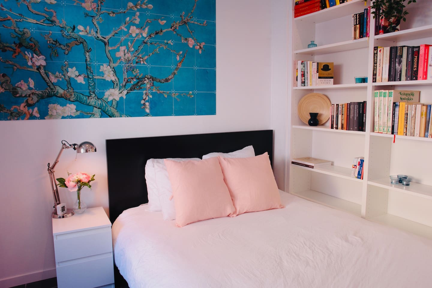 The bedroom has a cozy 160 cm bed with lots of books to read.