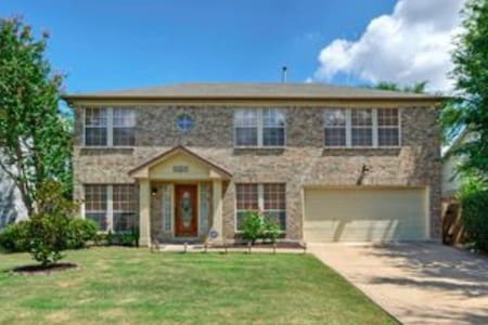 Beautiful & private backyard with pool Home - Round Rock - House