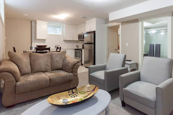 Modern & Central North Vancouver 2 Bedroom Suite!
