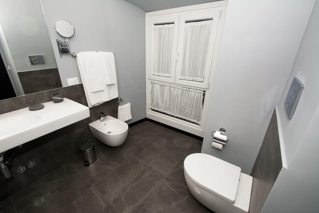 prospettica centrale dell'ampio bagno