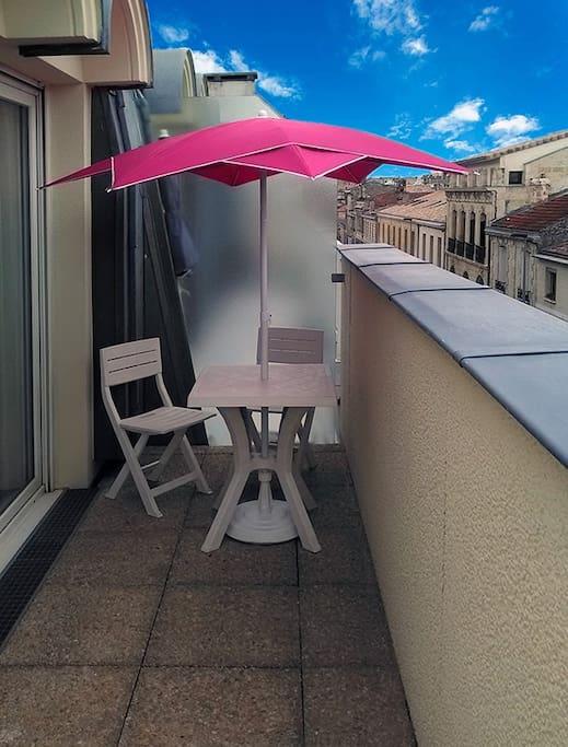 Terrasse orientée sud avec vue sur les toits de Bordeaux