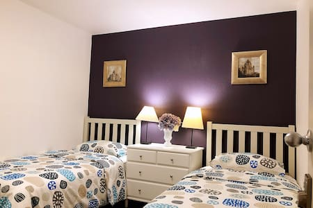 Purple double room  It's very easy to reach Strip (just 10 mins) New Remodeled house:)