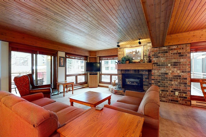 Mountain view condo w/ fireplace, W/D, shared hot tubs/firepit, steps to gondola