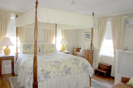 Private bedroom with full bath. - Essex - Hus