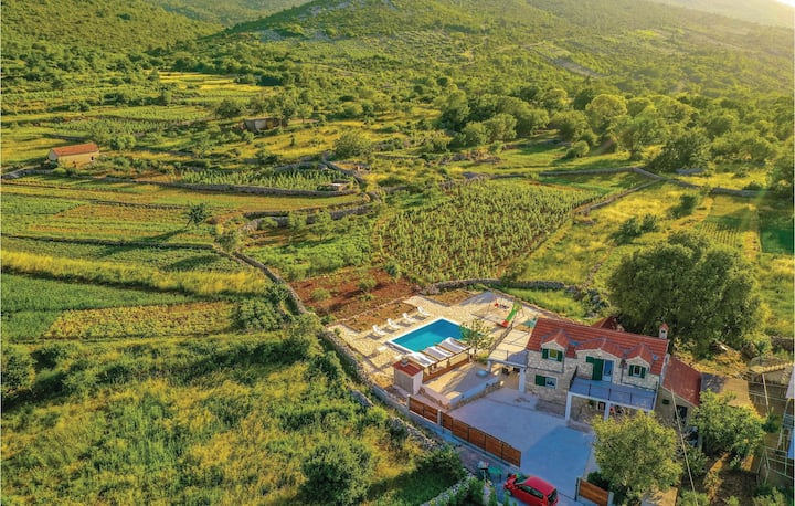 Amazing home in Ljubitovica with WiFi, 2 Bedrooms and Outdoor swimming pool