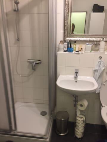 Badezimmer mit Dusche und separater Badewanne