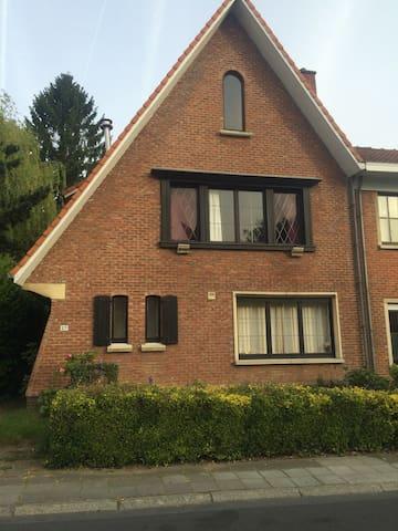 Maison chaleureuse à 5' De la ville - Wezembeek-Oppem - Hus