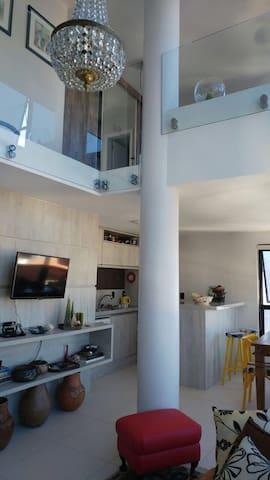 sala e cozinha integrada, quarto no segundo piso