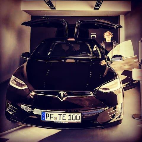Model X von Tesla wartet auf Dich. - Pforzheim