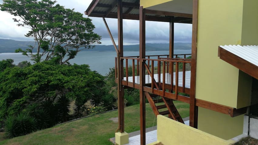 Cabin in Lake Arenal: 2 floors, 9 people & VIEWS.