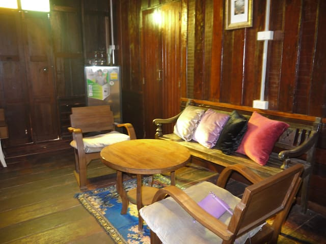 Bedroom in wooden house w/aircon - Pathum Thani - Bed & Breakfast