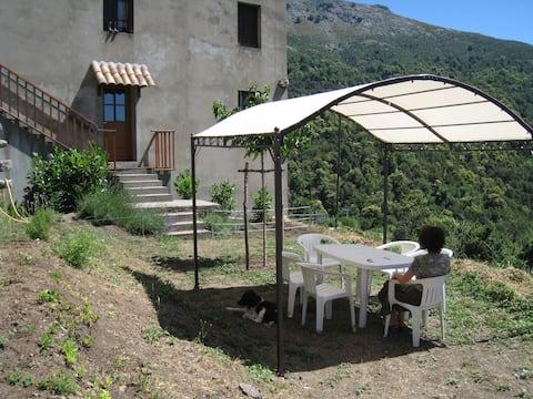 Appartement dans maison de village avec jardin.