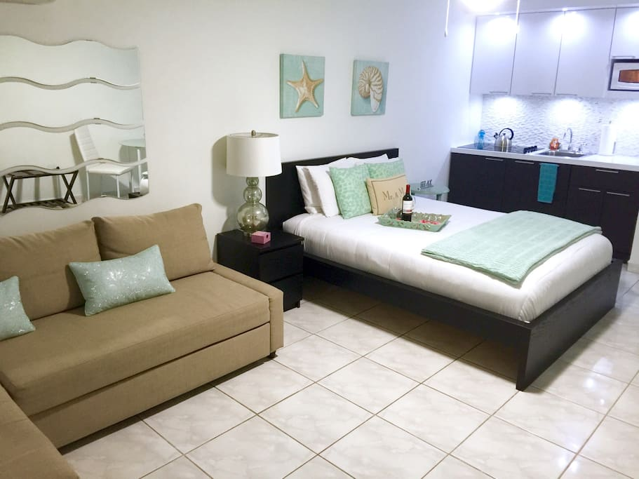 Cabana just steps to the pool & less than a minute walk to the front beach!! Queen bed & sofa bed. Fully equipped kitchen. Cable TV & Wifi. Private balcony