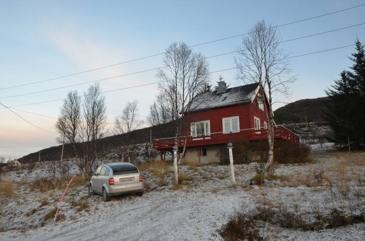 Charming house by the fjord and the mountains - Dåfjord - บ้าน