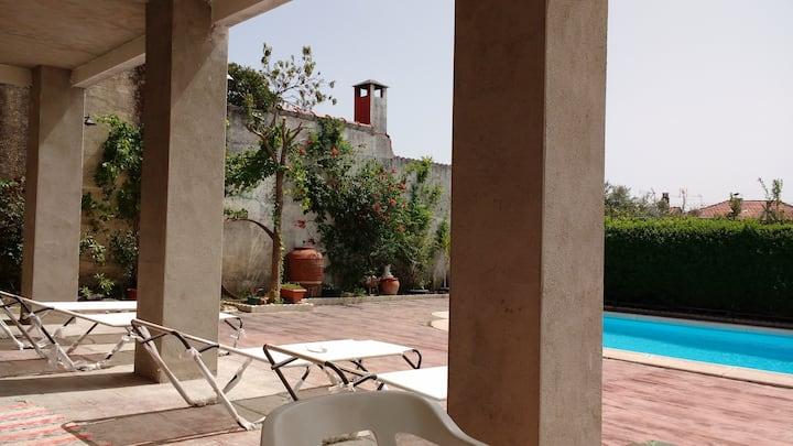 Chalet muy espacioso con piscina y jardín privado.
