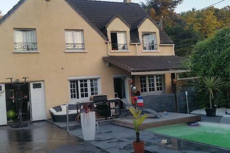 Chambre privé av piscine à 10 m CDG - fosses - Villa