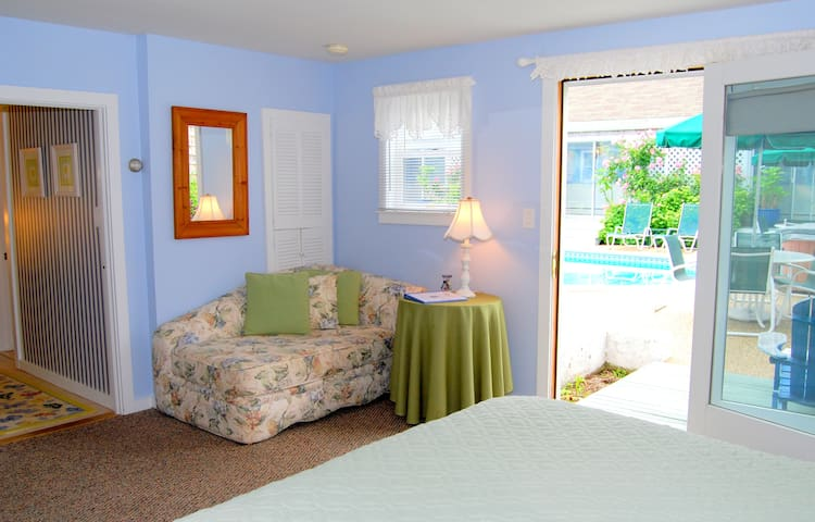 Poolside suite at award-winning inn & wellness studio. Hot tub, outdoor fireplace..