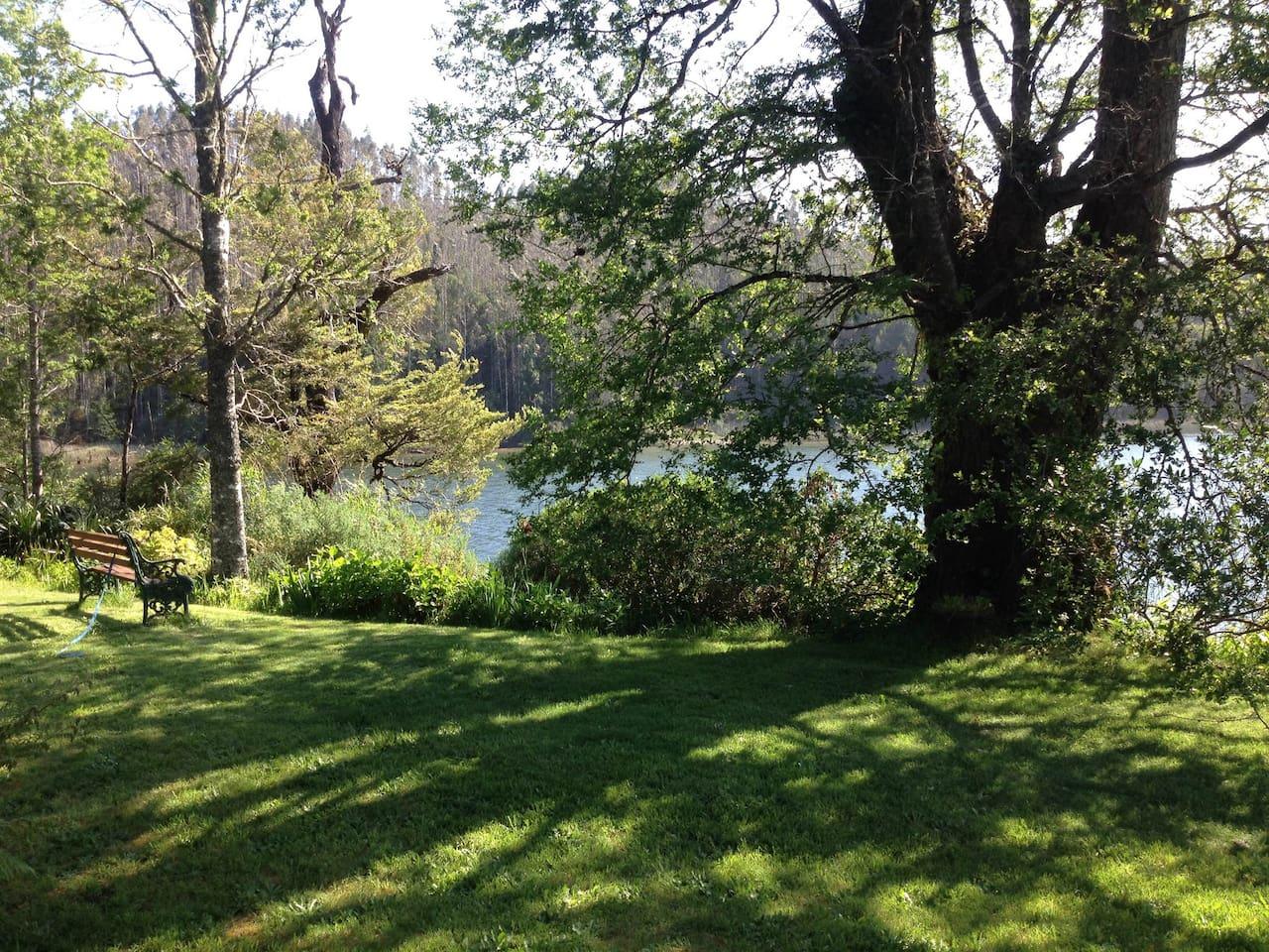 Amplio jardín con acceso al río Angachilla