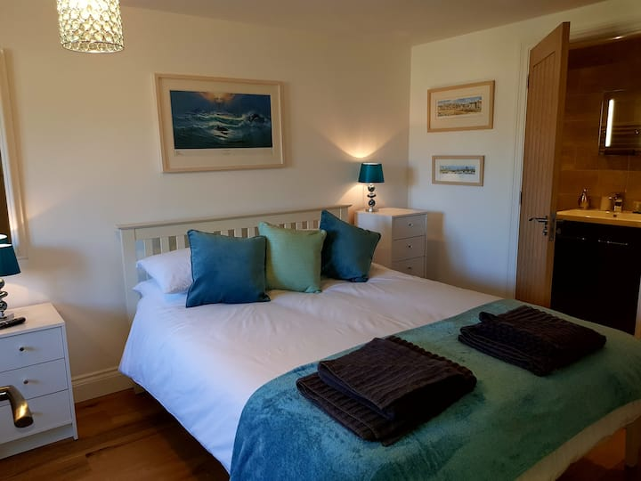Private room, bathroom & parking. Near St. Ives