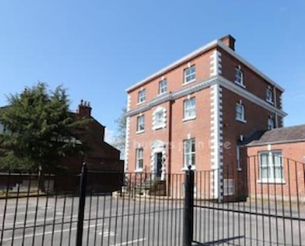 Town centre 2 bed apartment in a Georgian property