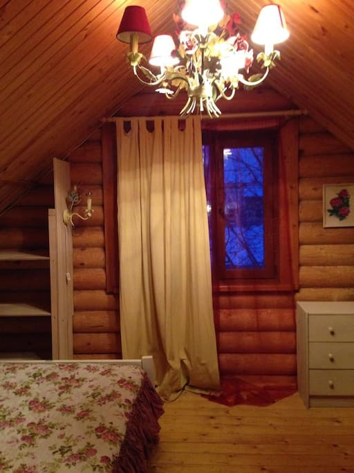 Большая кровать в уютной спальне