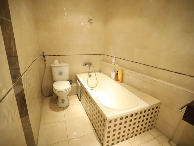 离清真寺最近的华人公寓欢迎你,可以帮你换汇,接送机,中餐,安全干净舒适。bf10