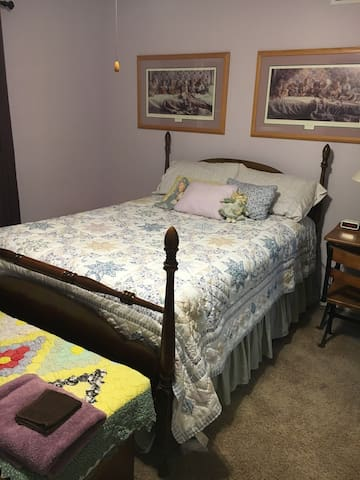 Full Size Bedroom - Quilt Room in Lavender - Elkhart - Casa
