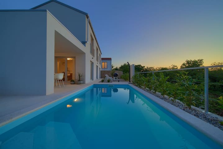 VILLA ROSSA With Heated Swimming Pool & Seaview