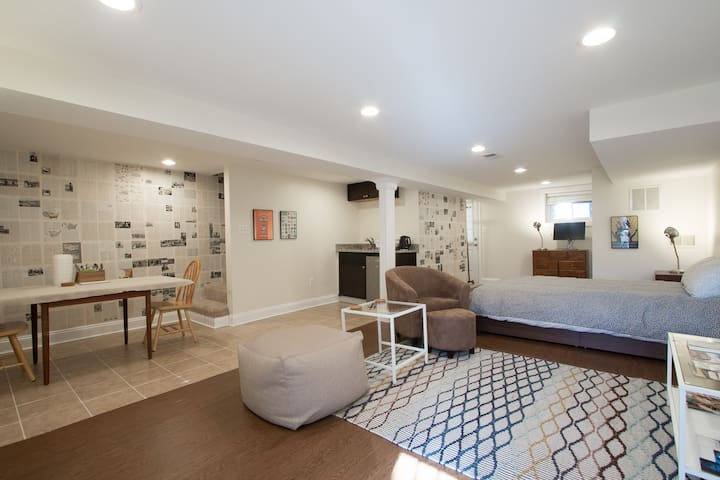 Spacious studio w private entrance in DC rowhouse
