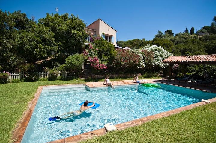 Villa grand jardin piscine chauffée jacuzzi clim